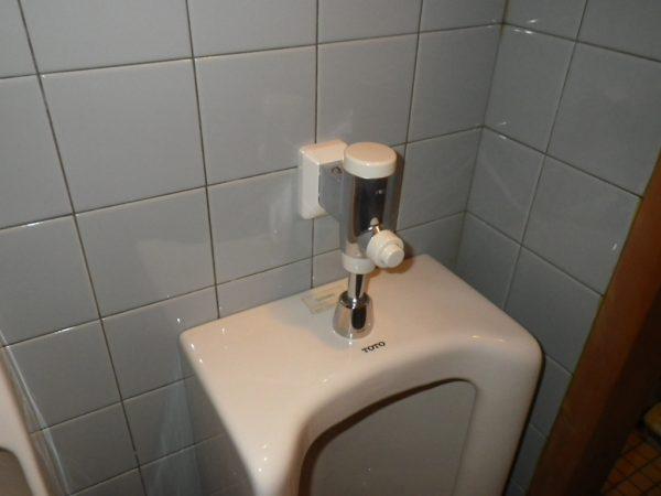 坂出市で便器水漏れ(小便器フラッシュバルブ取替)