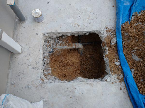 ピンポイントで打ち立てコンクリート下の漏水箇所を特定