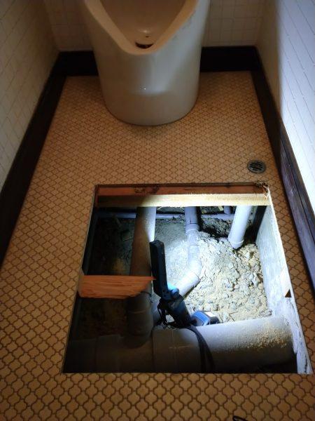 三豊市内で小便器の床下で漏水箇所を特定
